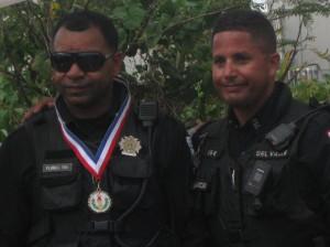 Pol. Del Valle entregando medalla