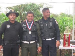 Policía de San Juan recibiendo medalla
