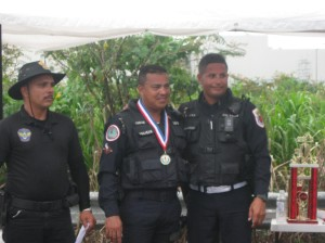 Pol. Román recibiendo medalla