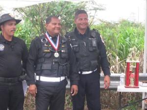 Juez principal y el pol. Del Valle entregan medalla