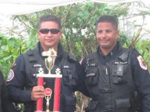 Pol. Castro recibe su trofeo