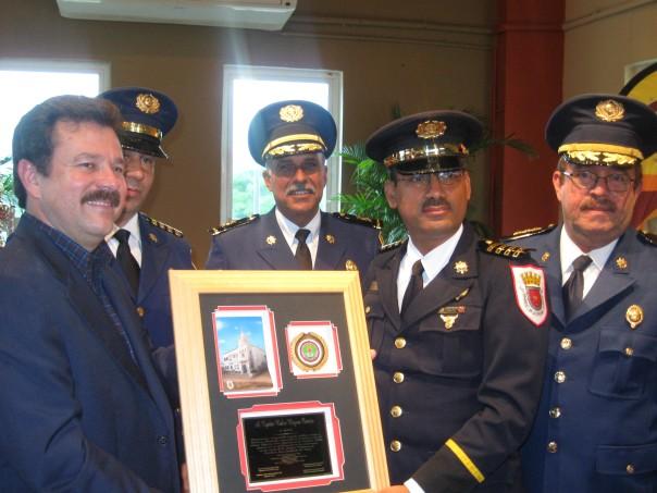 El Capt. Rubén Moyeno Cintrón recibe reconocimiento por los altos oficiales de la Policía de Puerto Rico